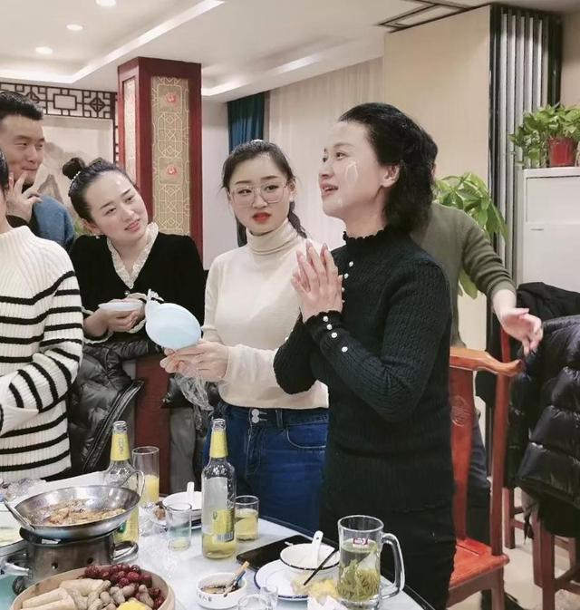 安徽省黄梅戏剧院原小梅花剧团团长刘卫丽和小同事们在一起