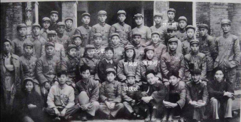 饶广胜之女饶庆云与严凤英、王少舫、潘璟琍等集体合影