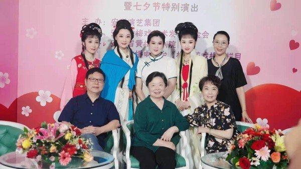 梅伟慈与陈精耕、安徽省黄小梅花团合影