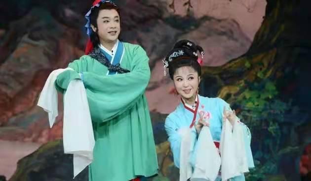 梅伟慈与安徽省黄梅戏剧院青年演员赵章伟等在排练中