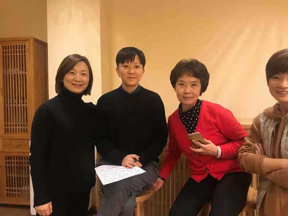 梅伟慈与上海京剧院艺术家王偑瑀等在一起
