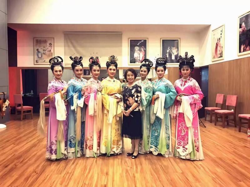 梅伟慈为安徽省黄梅戏剧院小梅花剧团排练《天仙配》中的(鹊桥)
