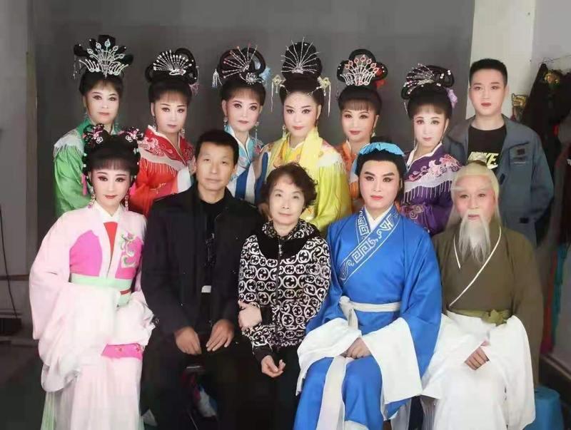 梅伟慈与戏迷版《天仙配》剧组合影