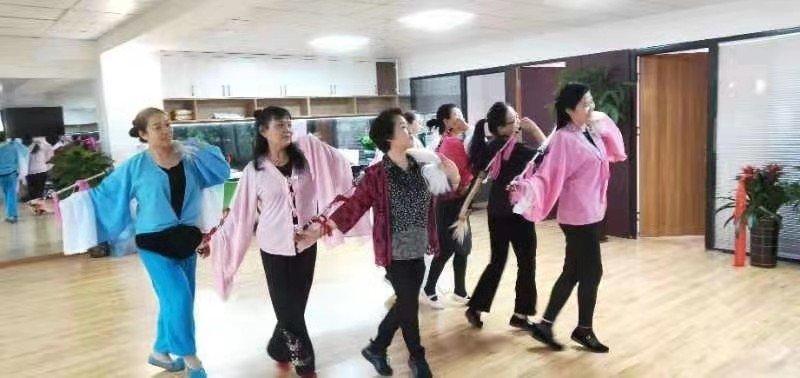 梅伟慈指导幸雅传媒艺员排练